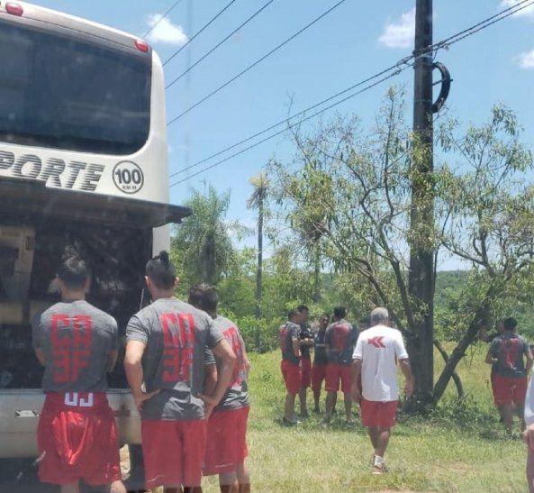Integrantes del 3 de Febrero observando el desperfecto mecánico del bus que los trasladaba.