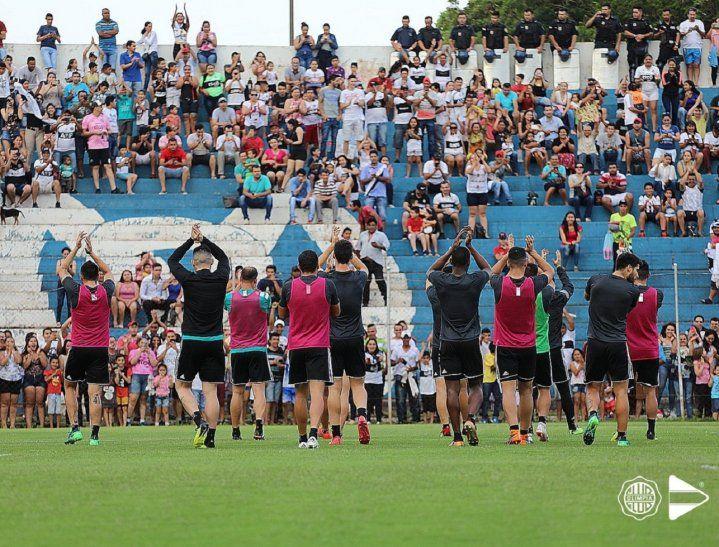 Jugadores del Olimpia saludan al público de Pedro Juan Caballero.