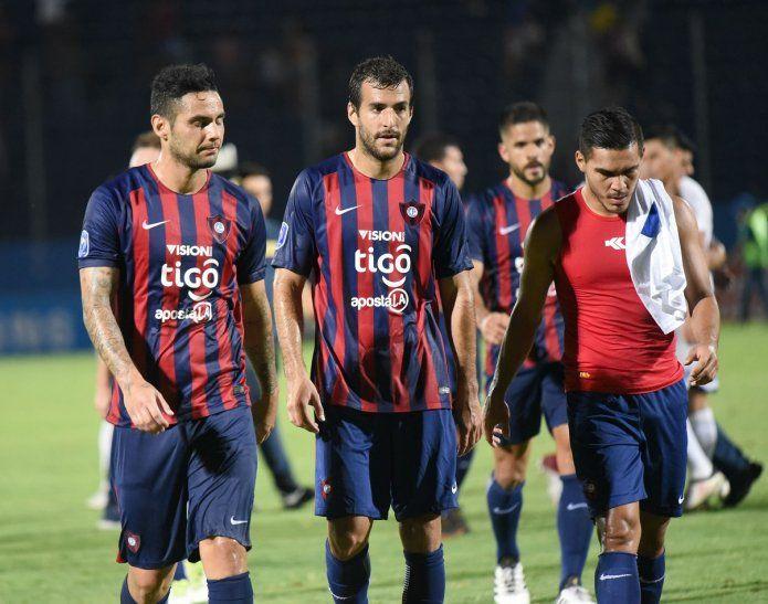 Jugadores de Cerro Porteño se retiran tras la derrota contra Luqueño.