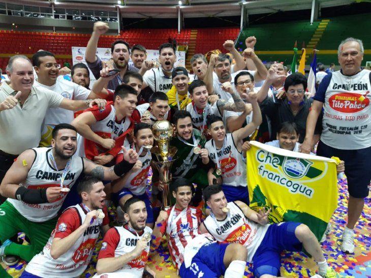 Los paraguayos festejando el título Mundial C20 de fútbol de salón.
