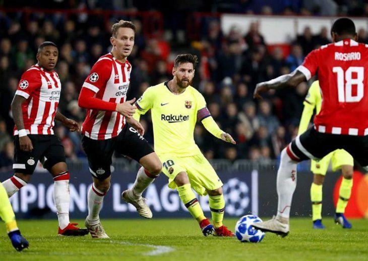 Messi ante jugadores del PSV.