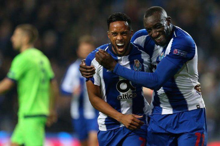 Marega (d) de Porto celebra con su compañero Hernani la anotación de un gol ante Schalke.
