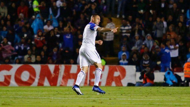 Pablo Aguilar celebra el gol marcado para el Cruz Azul.