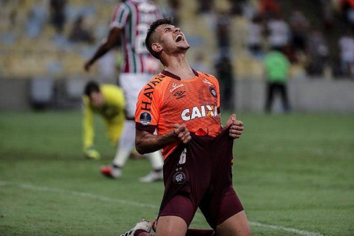 Bruno Guimarães de AtléticoParanaensecelebra la anotación de un gol.