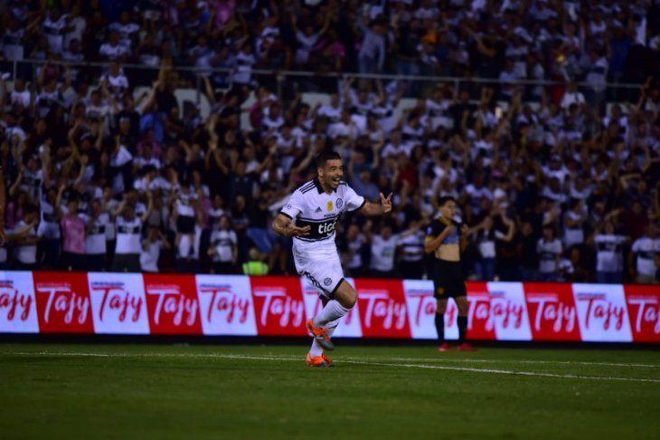 Julián Benítez celebra la primera anotación de Olimpia ante Guaraní.