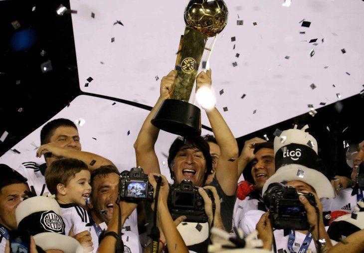 Garnero levanta el trofeo Clausura 2018.