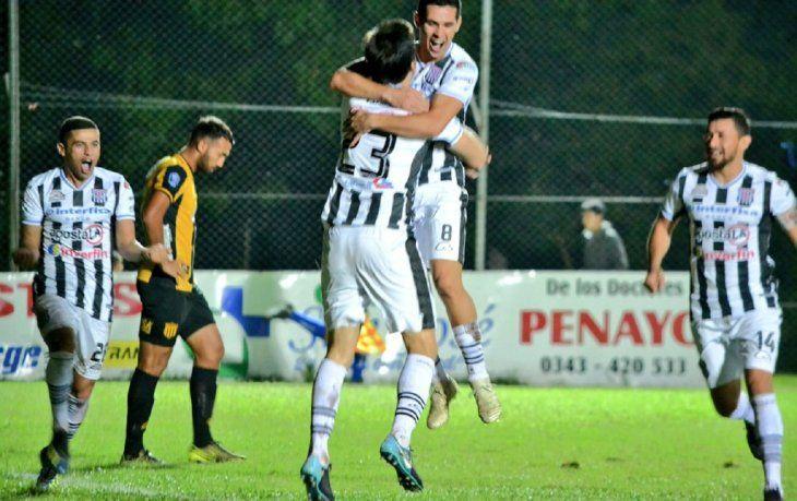 Blas Díaz celebrando su gol ante Guaraní.