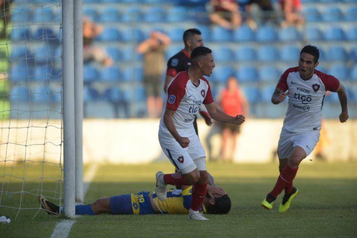 Jugadores de Cerro Porteño celebran un gol ante Capiatá.