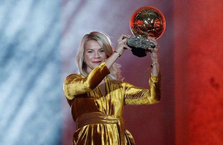 La noruega Ada Hegerberg gana el primer Balón de Oro femenino.