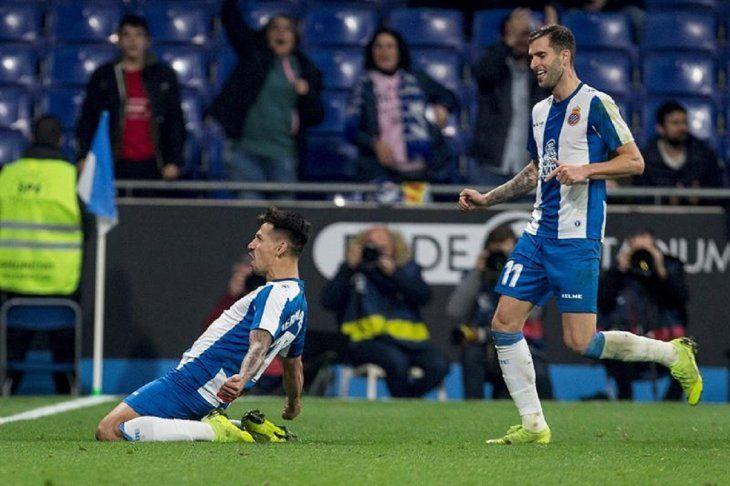 Hernán Pérez (i) y el brasileño Leo Baptistao celebran el primer gol.