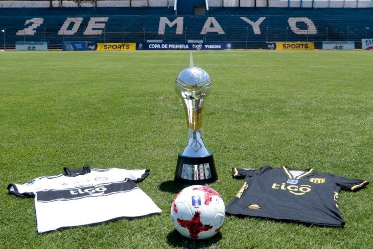 El trofeo de la primera edición de la Copa Paraguay.