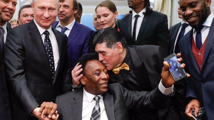Diego Maradona dándole un beso a Pelé.