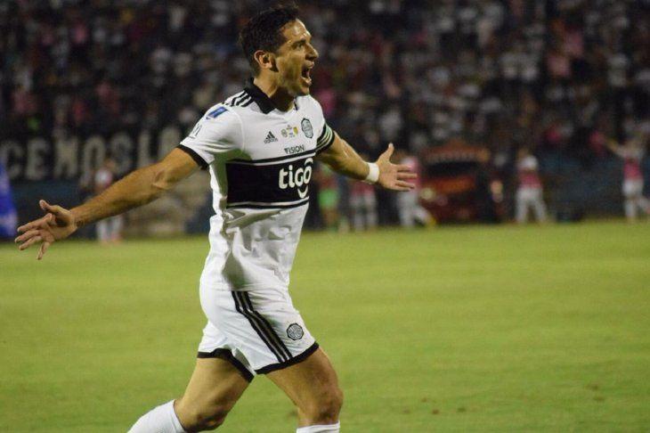 Roque Santa Cruz celebra el gol marcado para el Decano.