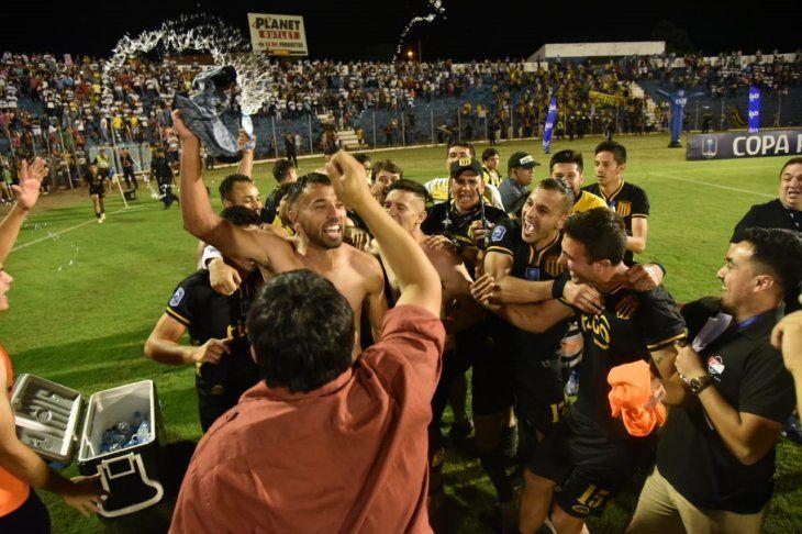 Jugadores de Guaraní celebran tras vencer a Olimpia.