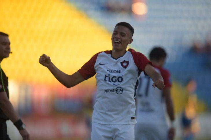 Un jugador de Cerro Porteño celebra la anotación de un gol.