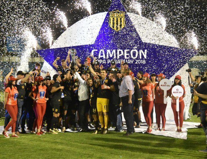 Jugadores de Guaraní celebran el logro de la Copa Paraguay.