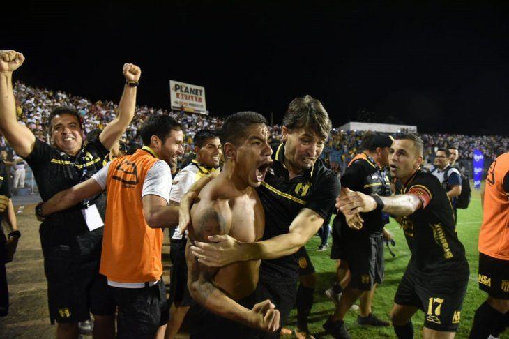 Rodolfo Gamarra celebra con todo tras marcar el último penal.