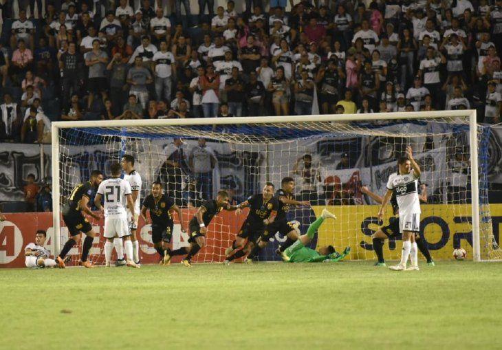 Jugadores de Guaraní festejan el tanto marcado ante Olimpia.