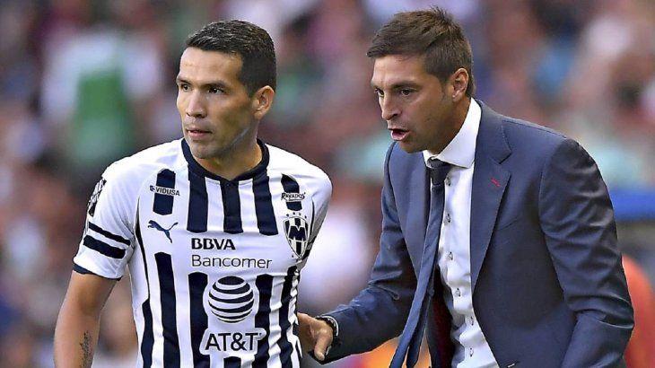 Celso Ortiz recibiendo indicaciones de su entrenador