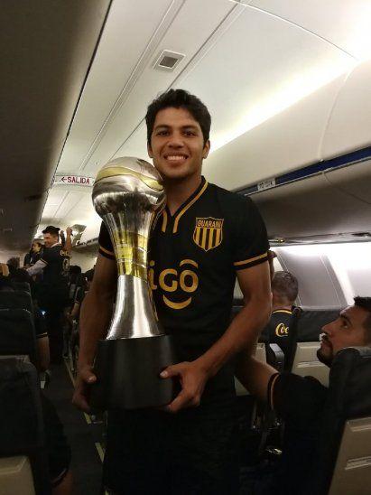 Robert Rojas junto a la Copa Paraguay.