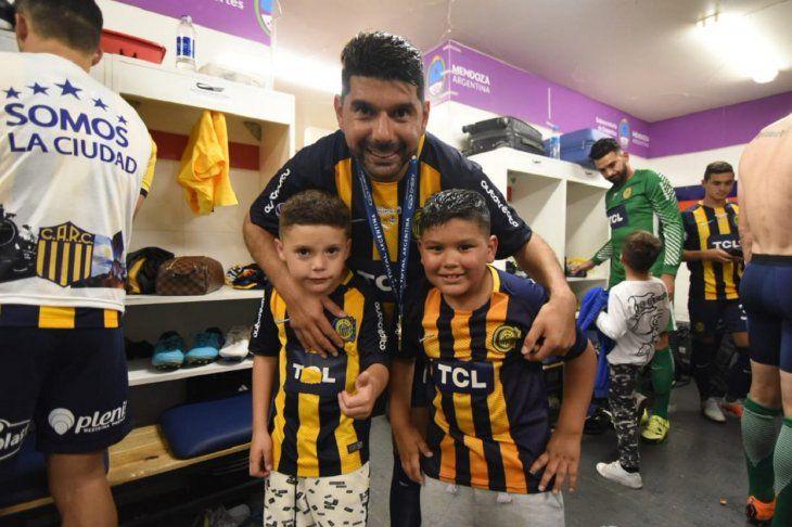 Néstor Ortigoza celebra junto a sus hijos la Copa Argentina obtenida con Rosario Central.