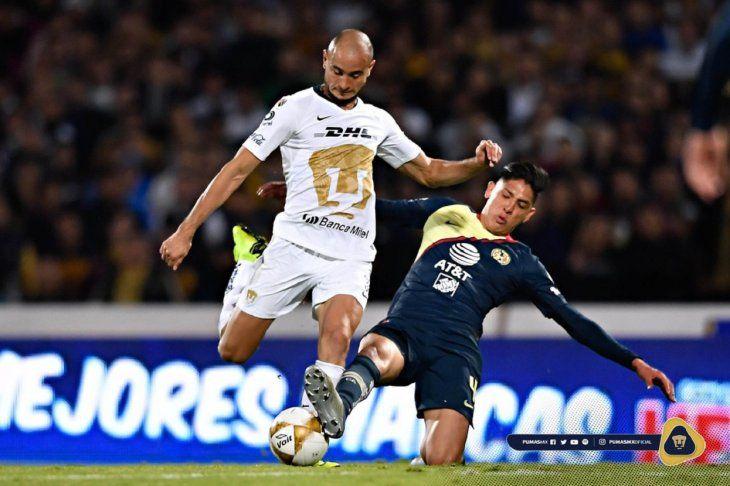 El paraguayo Carlos González ensayando un remate al arco ante el cruce del defensor del América.