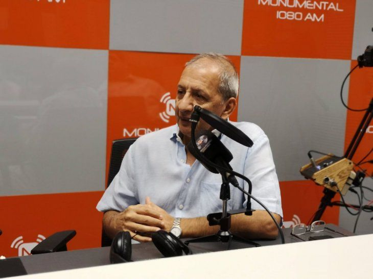Juan Alberto Acosta en los estudios de Monumental 1080 AM.