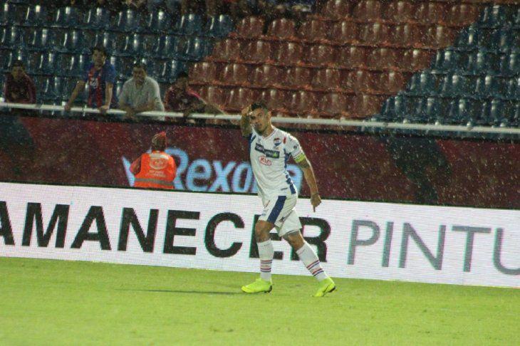 Adam Bareiro celebra un gol en La Nueva Olla.