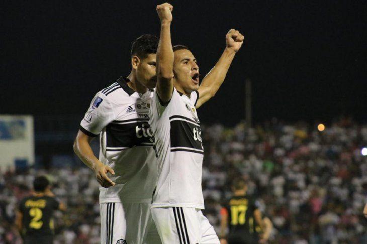 Fernando Cardozo celebra un gol contra Guaraní.