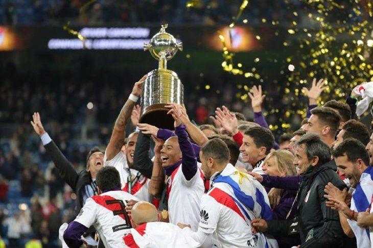 Jugadores de River Plate levantan la Copa Libertadores.