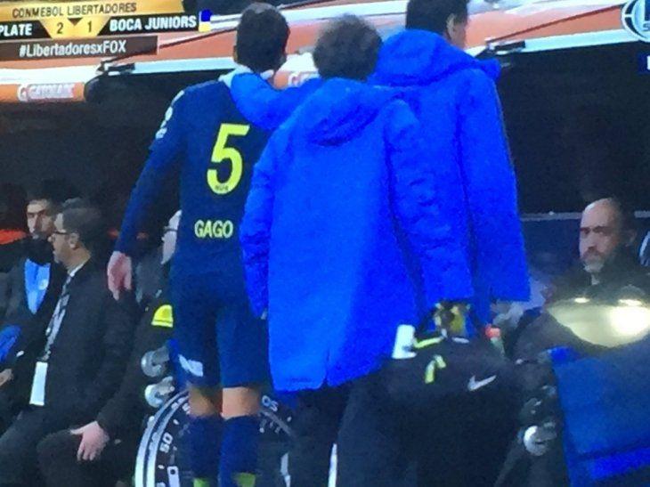 Fernando Gago se retira lesionado ante River Plate.