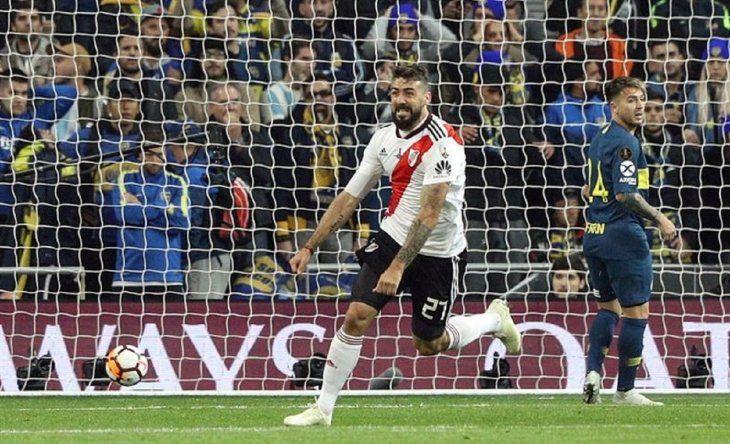 Lucas Pratto celebra la anotación de un gol.