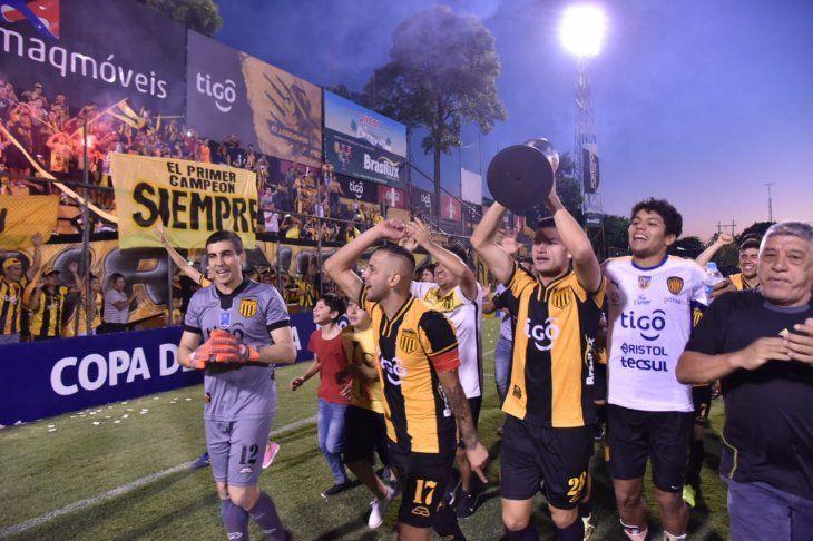 Guaraní celebró ante su público la obtención de la Copa Paraguay.