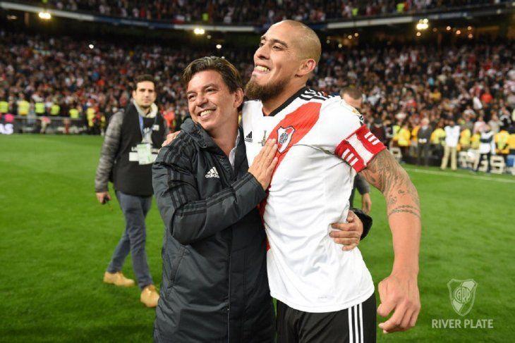Marcelo Gallardo se abraza con Jonathan Maidana.