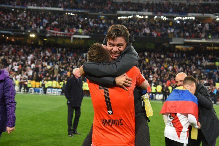 Marcelo Gallardo se abraza con Franco Armani.