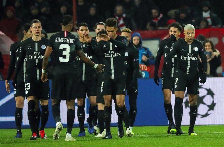 Kylian Mbappe (d) dePSGcelebra con sus compañeros de equipo tras anotar un gol.