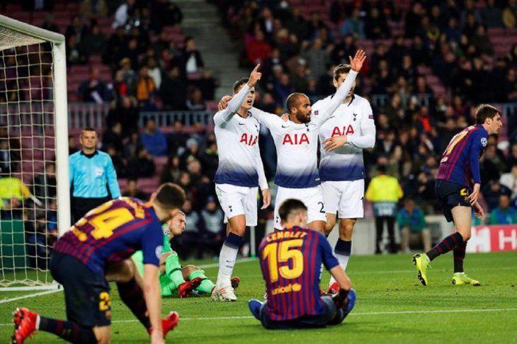 Lucas Moura (c) celebra con Erik Lamela (i) y Fernando Llorente tras marcar un gol.