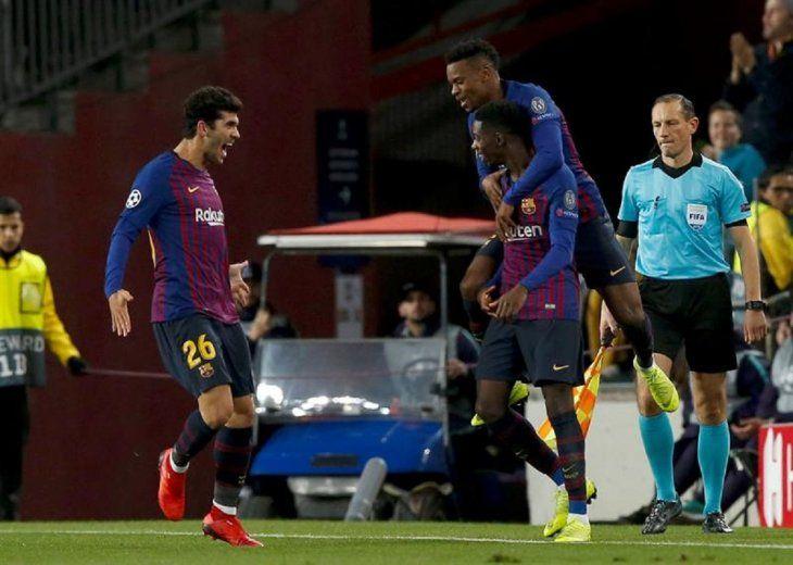 Jugadores del Barcelona celebran el tanto delDembélé.