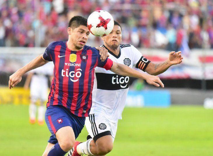 Richard Ortiz peleando una pelota con Rodrigo Rojas durante un clásico.