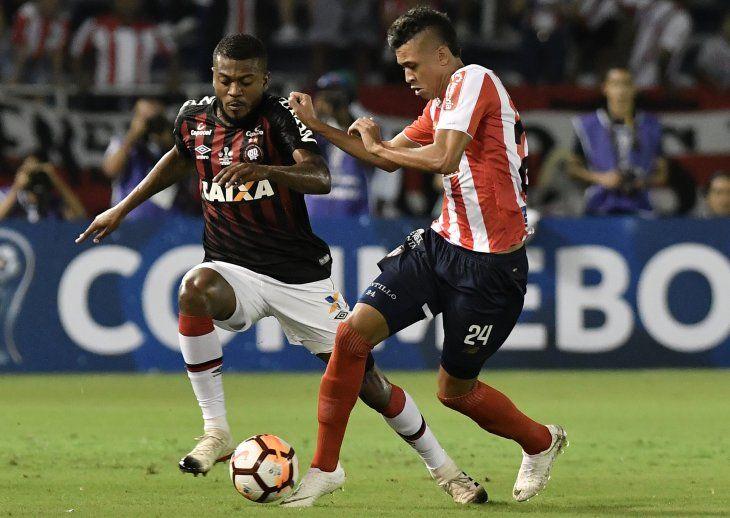Atlético Paranaense y Junior van por la Copa Sudamericana.