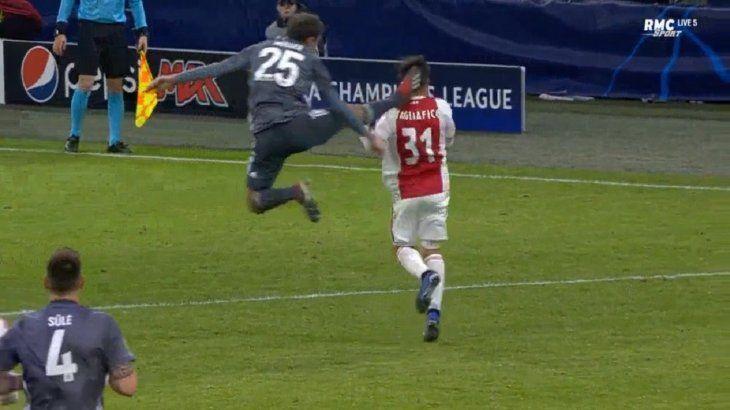 El jugador vio la roja por la acción.