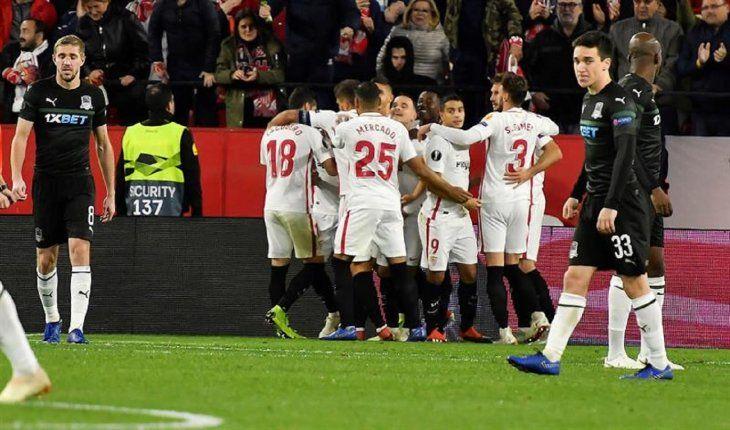 Jugadores del Sevilla celebran un gol.