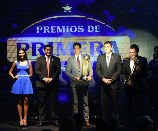 Roque Santa Cruz y Marco Trovato reciben las copas del 2018.