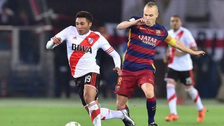 Tabaré Viudez Mora disputa el balón con Andrés Iniesta.