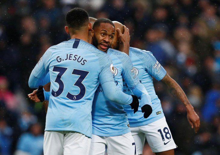 Gabriel Jesús siendo abrazado por sus compañeros tras su gol.