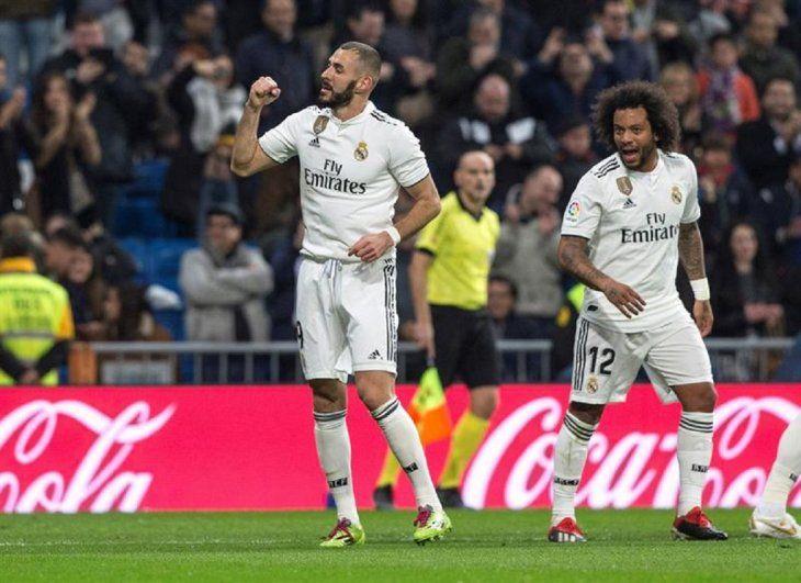 El delantero francés delRealMadrid Karim Benzema celebra la anotación de un gol.