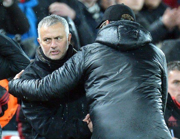 José Mourinho se saluda con Juergen Klopp.