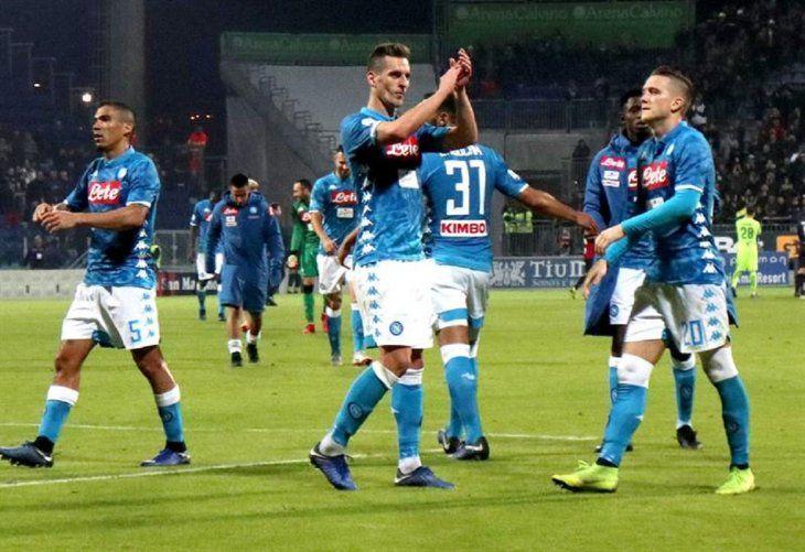 Milik celebra la anotación de un gol.