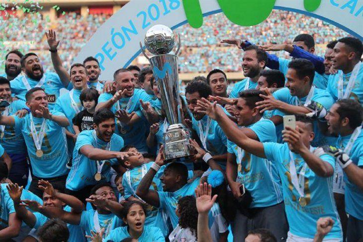 Jugadores de Cristal celebran el logro del título en Perú.