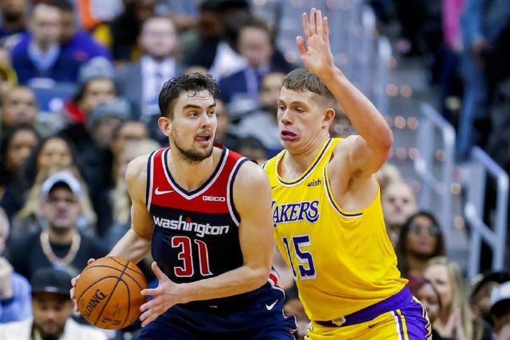 Dos jugadores pelean por el balón.